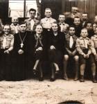Vastse-Roosa noorkotkaste rühm ja isa Sergei Hints abikaasaga 1939