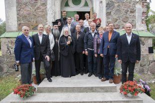 Kõpu kiriku ees olümpiasangarid, vaimulikud ja rotariaanid